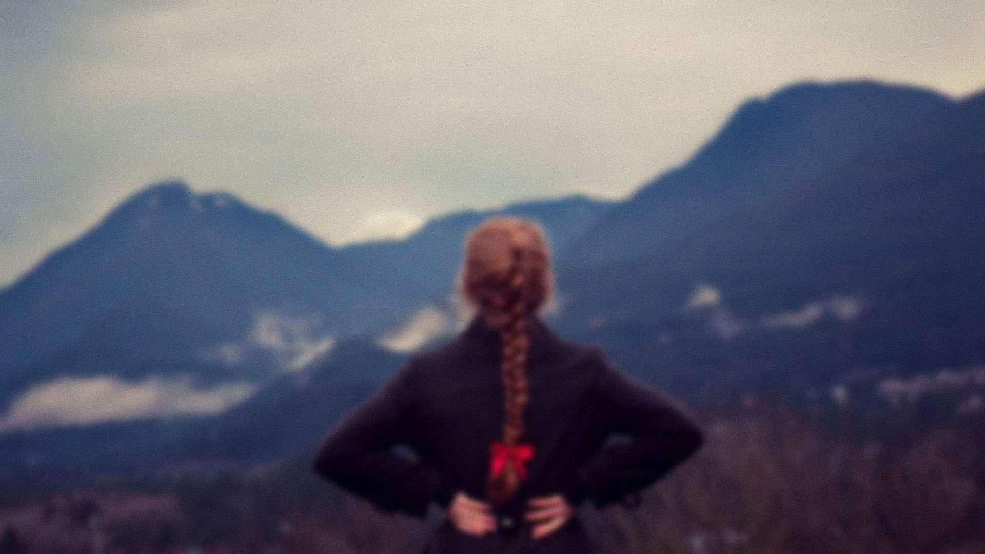 girl_staring_at_mountains-wallpaper-noisy